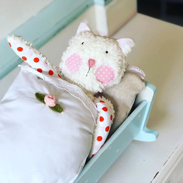 Kitty 🐱 im Bettchen . Mich hat die Erkältung so erwischt , dass ich heute auch früh  zu Kitty ins Bettle geh. #herzenstreu #soulmate #kidstoy #softtoy #cat #dollbed #kinderkamer #kidsroomdecor #kidsplay #kinderzimmer #kinder #puppenbett #vintage #vintagefurniture #vintagelove #cute #toy #knuddelfreunde #knuffel #düsseldorf #organic #fairtrade