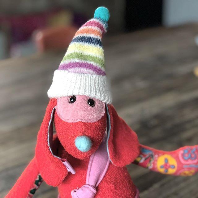 Also wenn einer mit Blicken betören kann, dann das Mützenbärchen ! Er wurde von einer Kundin bestell, die Ihre Lieblingsstoffe mitgebracht hat aber wenn ich gut durch komme , gibt es heute noch weitere Modelle .#herzenstreu #soulmate #handsewn #kidstoys #bear #teddybear #teddy #softtoy #cute #cutestuff #kidsstyle #kidsstuff #stofftier #kuschelfteund #kuscheltier #unique #design #designtoy #vintagefabric #crazy #düsseldorf #unterbilk #nurserydecor
