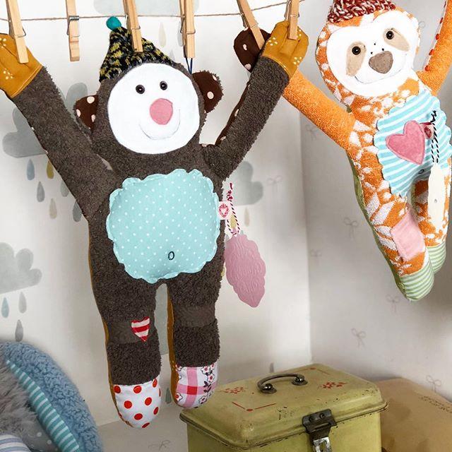 Nachdem ich heute den ganzen Tag den Garten auf Vordermann gebracht habe, geht es jetzt ab auf die Couch. #herzenstreu #soulmate #interiorforkids #kinderkamer #kidsstore #finditstyleit #nurserydesign #toy #softtoy #kidsstuff #teddy #bear #babysloth #cute #vintagefabric #snuffles #kuscheltier #kuschelfreund #spielzimmer #spielzeug #düsseldorf #shopsmall