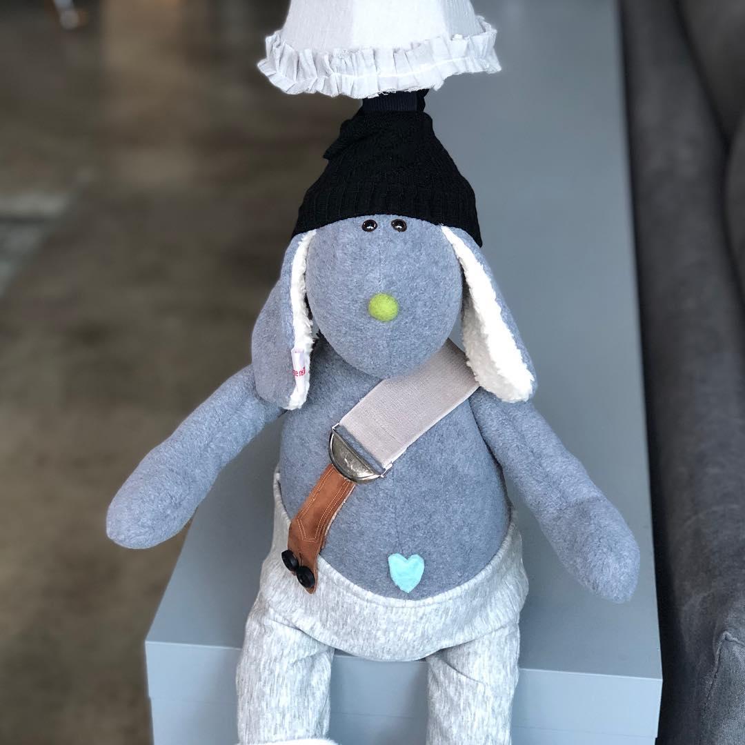 """Es gibt nochmal eine neue Lampe """" Mützenbärchen """" , die letzte für dieses Jahr! #herzenstreu #soulmate #lamp #kidslamp #spielzimmer #handmade #geschenkideen #kuschelfreund #unique #kinderlampe #bärchen #deco #kidsroom #kidsroomdecor #barnrum #barnrumsinspo #kinderkamer #kinderkamerstyling #kinderzimmer #kinderzimmerdeko #nurserydecor #nurseryroom #babyshower #baby #kids #children #childhood"""