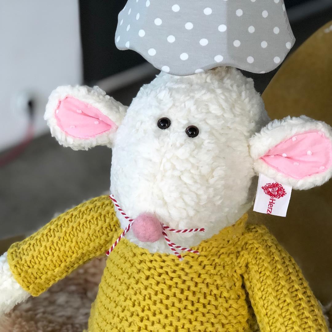 Ich habe auch noch mal einen Mausbert, mit gelbem Pullover für Euch gemacht, weil der andere so schnell weg war. #herzenstreu #soulmate #kinderkamerstyling #kinderzimmer #kinderzimmerdeko #nurserydecor #babyshower #kinderzimmer #kinderzimmerdeko #kinderzimmerideen #kinderlampe #kidsdesign #mouse #designlamp #toy #softtoy #cuteanimals #dekoideen #decoration #vintagefabric #uniquestyle #unique #giftideas #geschenkideen #geschenkideenfürkinder #düsseldorf #shoponline