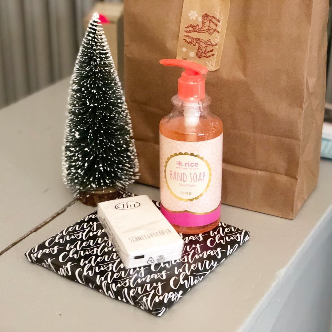 Ist das nicht süß, ich habe so liebe Kunden, die bringen mir Geschenke mit zu Weihnachten 🎄🎅🏽🎁… unglaublich!!! Tausend Dank liebe Sibylle 👋🏼 #christmas #weihnachtszeit #schenkteuchliebe #geschenk #diebestenkundenderwelt #denrestpackeichgleichaus #danke #herzenstreu