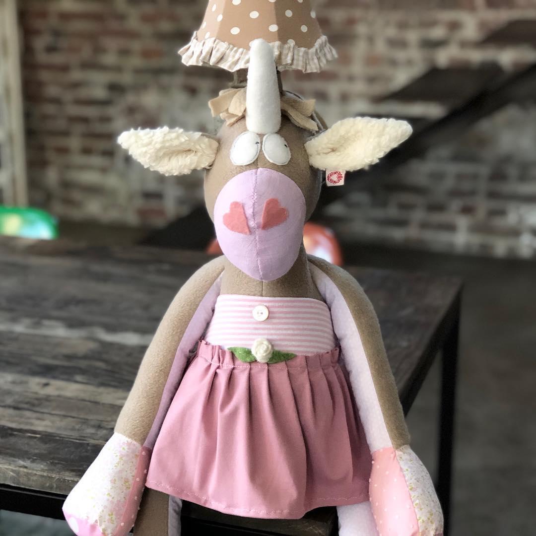 Da ist sie… mit dem charmanten Blick 👀 #herzenstreu #soulmate #kinderzimmerideen #einhornlampe #kinderkamer #einhorn #kidsroomdecor #lamp #kidslamp #cutestuff