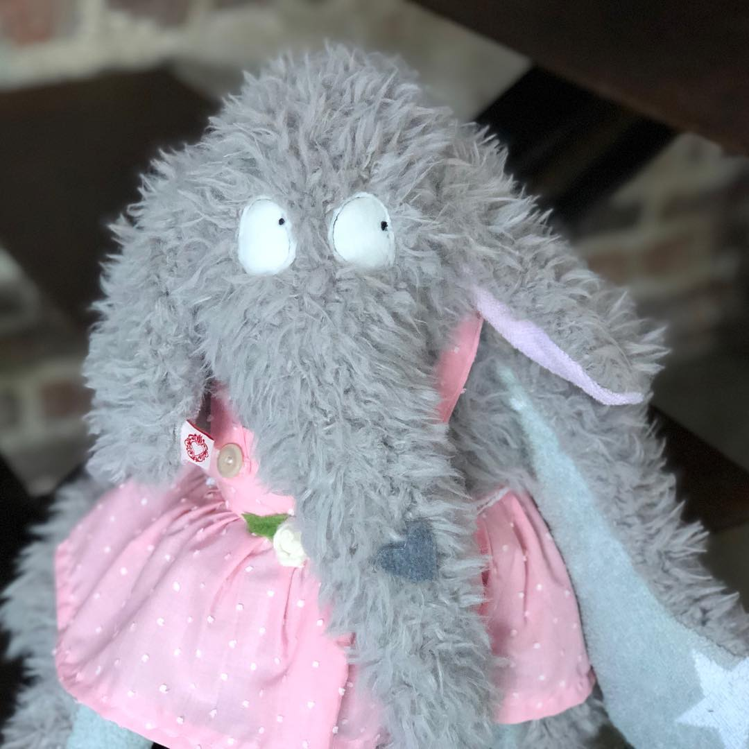 Dicklinde Zottelelefant… möchte immer nur #kuscheln . #herzenstreu #soulmate #toy #softtoy #cuddletime #cuddlebuddy #elefant #cute #kidsstuff #handmade #handsewing #fairtrade #babyroom #firsttoy #kuschelfreund #kuscheltier #kinderzimmer #kinderzimmerdeko #düsseldorf
