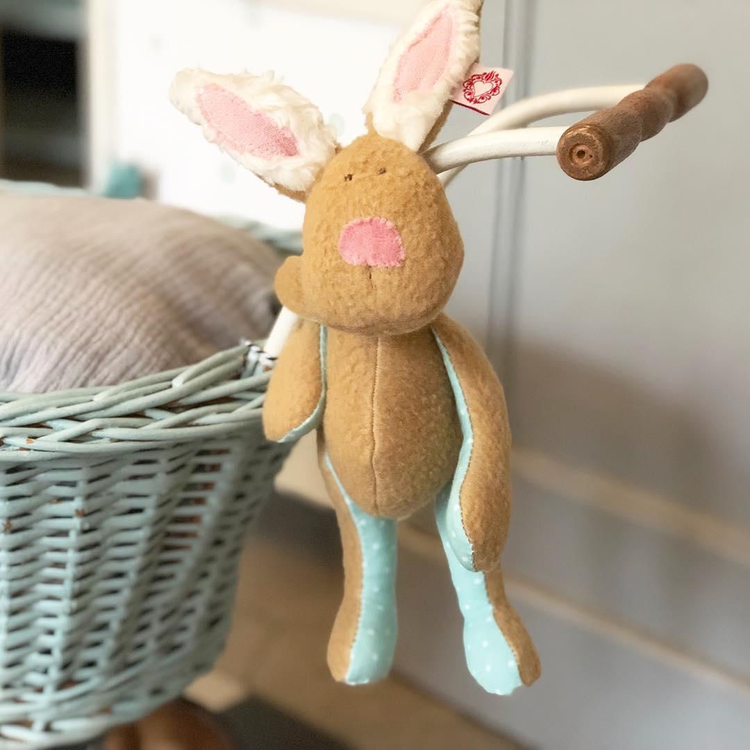 Ich hab ja nix gegen Regen aber wenn die Jacke nicht mehr trocken wird, dann ist es zu viel .#häschen hängt im Trockenen, dem geht's gut. #herzenstreu #soulmate #rabbit #häschen #hase #stofftier #softtoy #handmade #kidstoy #toy #cute #cutestuff #babyshower #babytoy #firsttoy #kinderzimmer #kidsroom #kinderzimmerideen #kinderkamer #unique #