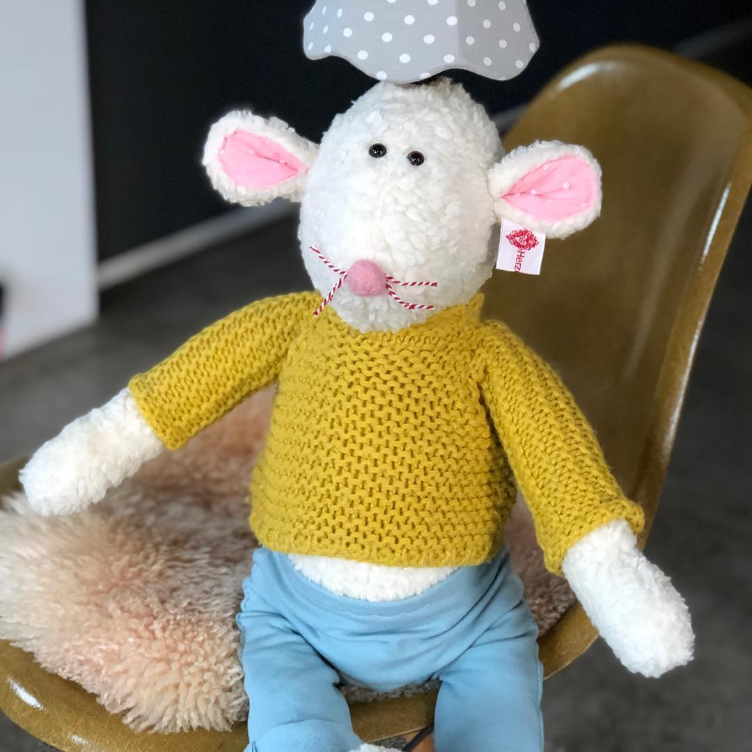 Mausbert ist aber verdammt froh, dass er heute seinen dicken #pullover an hat. Ganz schön #kalt . #herzenstreu #kidsstuff #kidsroom #kidsroomdecor #kidsplay #kidslamp #kinderlampen #kinderzimmer #kinderzimmerdeko #kinderzimmerideen #vintagekinderzimmer #vintagefurniture #handmade #kinderzimmer #babyroom #babyshower #babybump #babylights #mouse #mouselamp #handsewn #düsseldorf #kinderkamerstyling