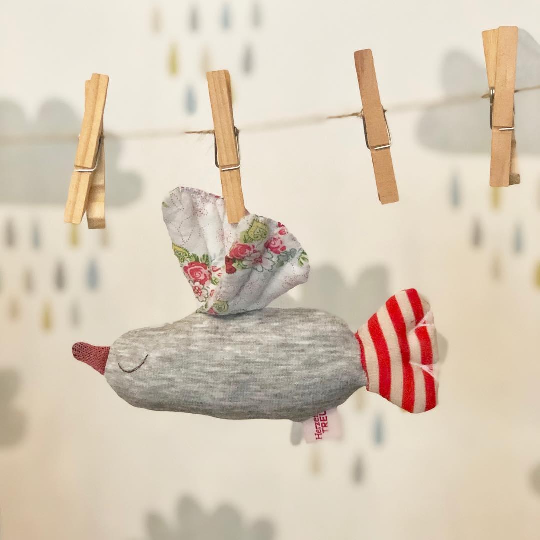 #vögelchen  im #wind mit ein bisschen #regen . Beschreibt das Bild und die aktuelle Situation ganz gut. #bird #babytoy #herzenstreu #babybump #babyshower #babydoll #kids #kidsstuff #vogel #rassel #firsttoy #kidsplay #cuteanimals #softtoy #düsseldorf  #unique #babygift #shoponline #shoplocal #shopsmall #fairtradetoys #organiccotton