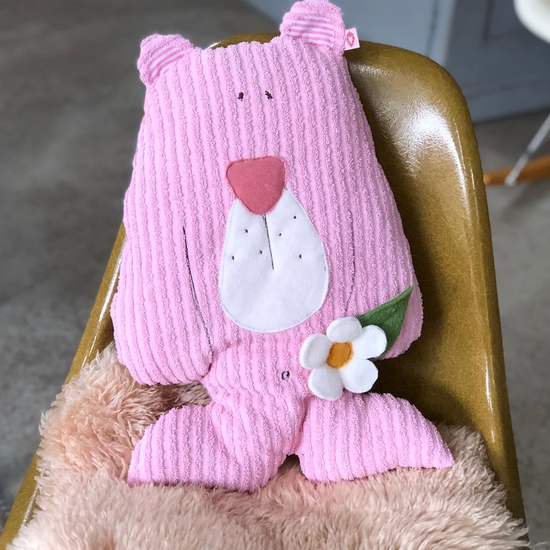 Bärenstarkes Kuschelkissen, in drei verschiedenen Ausführungen. #herzenstreu #madewithlove #soulmate #uniquegift #kuscheltier #kuschelfreund #kissen #cushion #bear #bär #teddybear #pinkbear #cute #kidsstuff #kidsroom #kidsroomdecor #babyroom #babyroomdecor #vintagefabric #children #kinderzimmer #kinderzimmerdeko #shopsmall #slowcraft