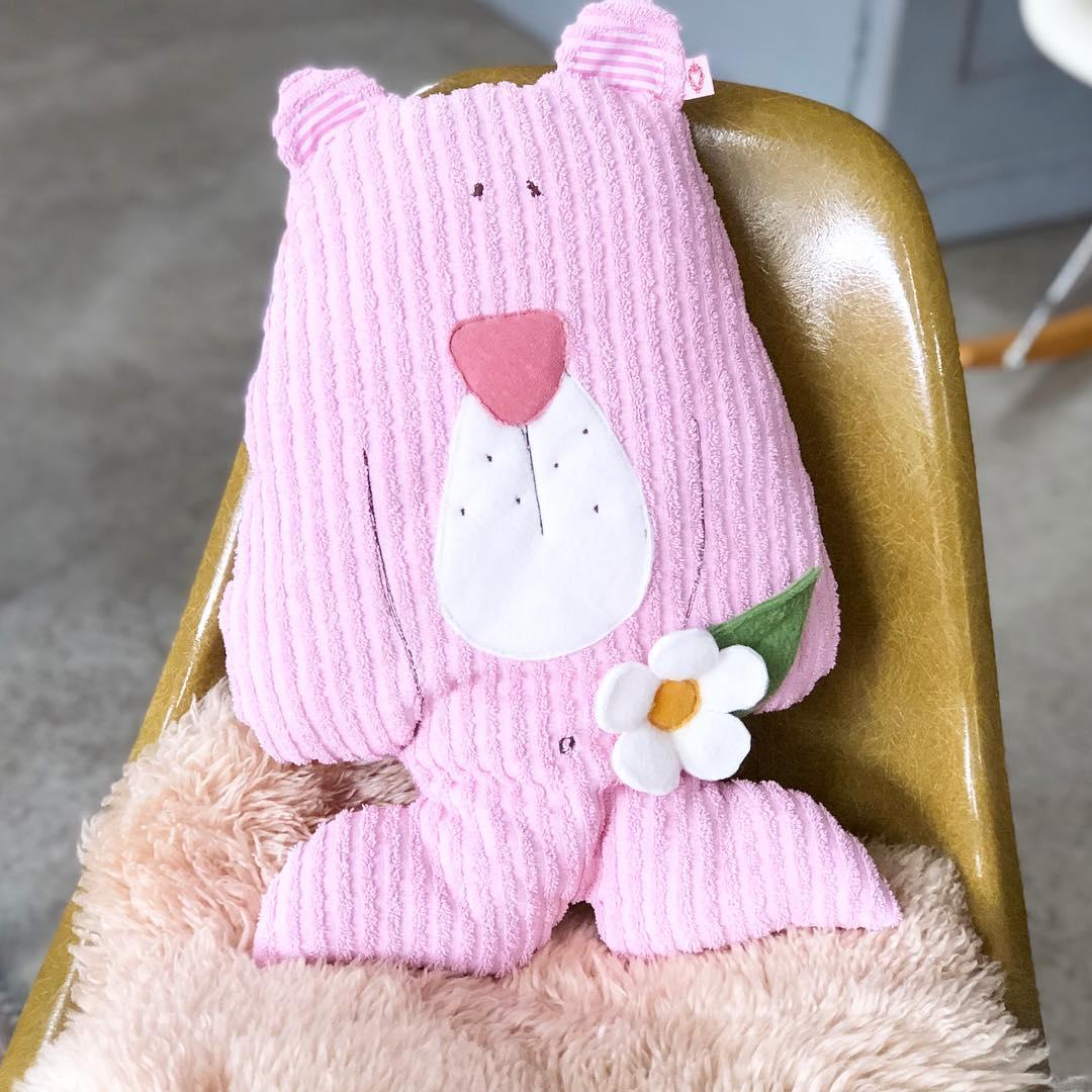 Ein #kuschelbärenkissen zum #kuscheln #spielen oder einfach nur zur Verschönerung des #kinderzimmer . #herzenstreu #soulmate #kinderkamerinspiratie #kinderkamerstyling #kinderzimmerideen #kinderkamer #kissen #cushion #vintagefabric #bear #teddybear #teddy #pinkbear #kidstoys #kidsstuff #baby #babyshower #babyroom #babygirl #babybump #cute #geburtsgeschenk #uniquegift
