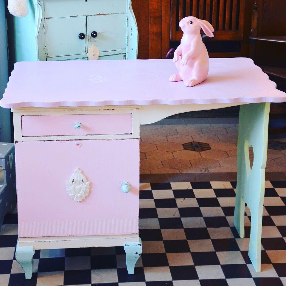 #trödelmarkt bei #herzenstreu ! Ich habe zwei ganz liebe Kundinnen, die möchten etwas verkaufen ! Einmal #kinderschreibtisch in wunderschönen #pastelfarben , ein Träumchen ! VB 220,-