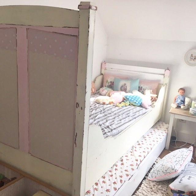 Und das zweite Trödelangebot ist diese süße Bett 90×200 . Mit Matratze zum ausziehen, super praktisch .