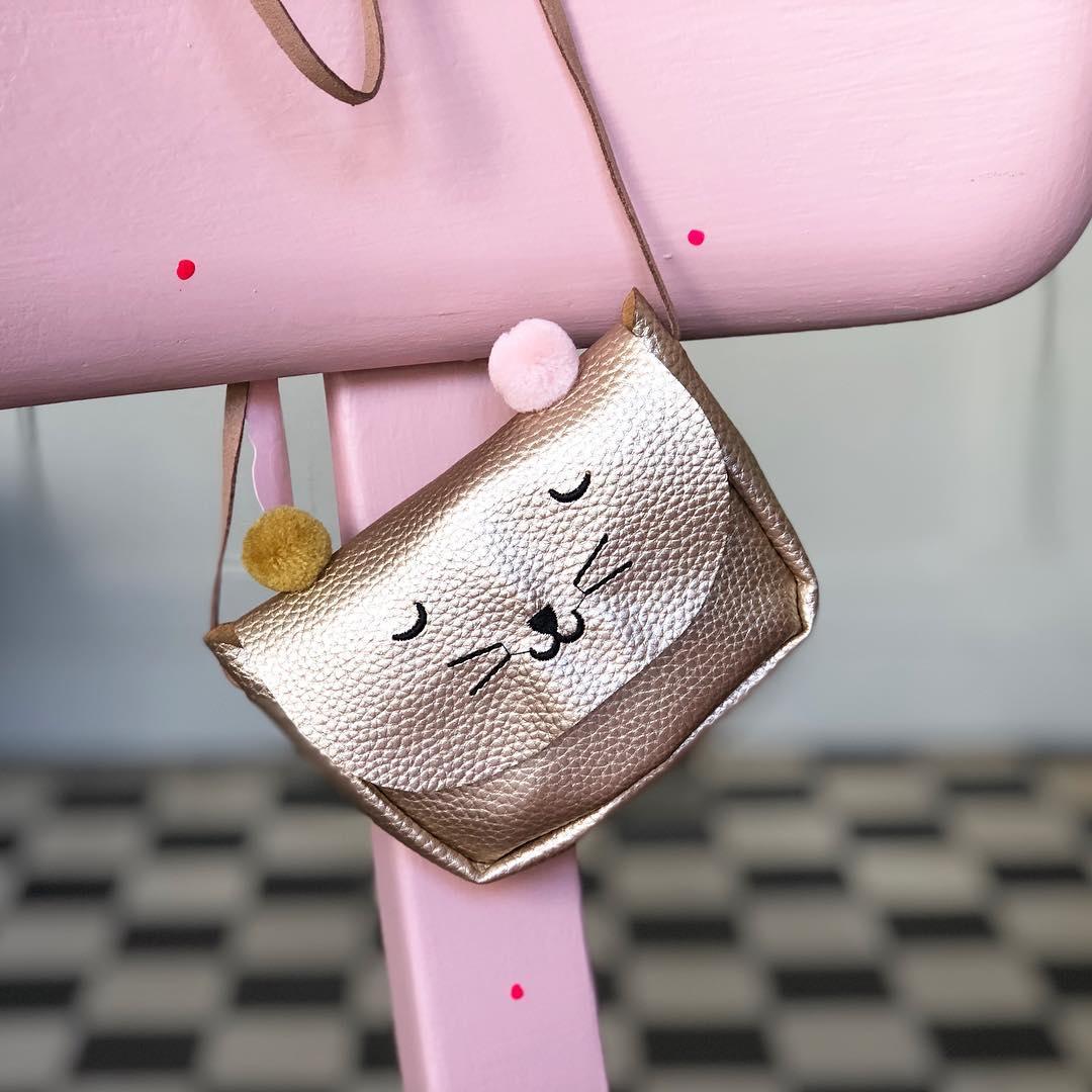 Eine süße #idee zu #ostern , es müssen ja nicht immer #süßigkeiten sein . Kleine #handtaschen kann jedes Girl gebrauchen. Sie sind aus Kunstleder und das eine #häschen ist aus Teddy . Kosten nur 15,- zzgl. Versandkosten #girlsstuff #girlsstyle #rabbit #eastergifts #cute #musthave #minibag #girlstyle #instakids #fashionkids #herzenstreu #düsseldorf