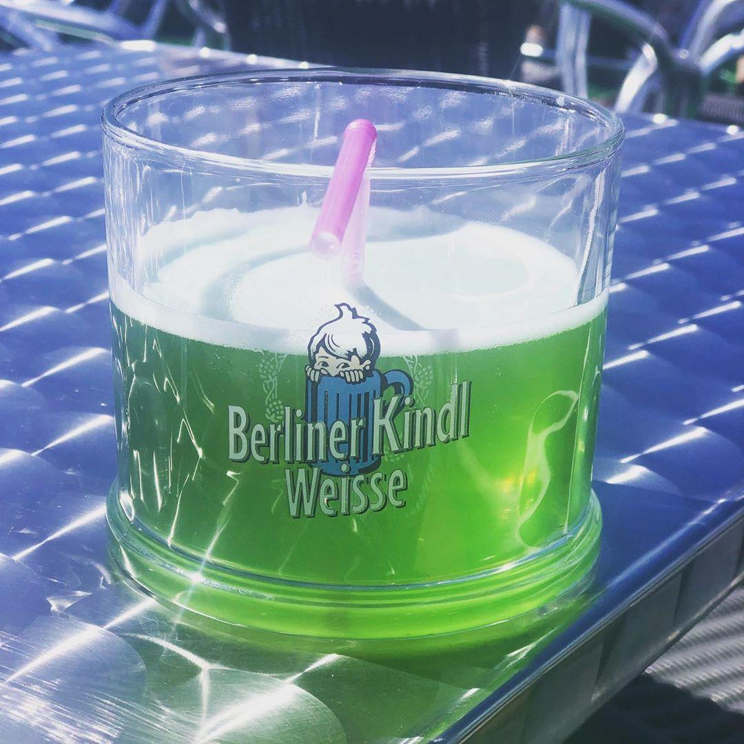… hab ich bestimmt schon 20 Jahre nicht mehr getrunken. Aber heute machen wir eine Bötchenfahrt auf dem Tegeler See, da passt es ! #berlinerweiße #berlin #tegelersee #bootstour #ausflug #sonntagsgefühl