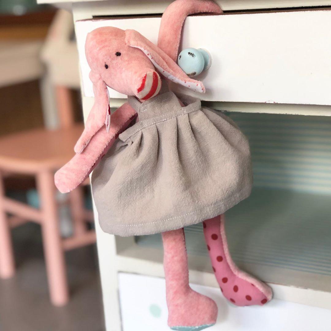 Schweinchen Rosi hat eine perfekte Größe, auch für die ganz kleinen. Nicht zu groß, so das sie überall mit hin kann. #schwein #herzenstreu #madewithlove #schweichen #stofftier #kuscheltier #leinenkleid #softtoy #kidsdecor #kidsstufftolove #kidsplay #pig #slowcraft #cute #fairtrade #madeingermany #firsttoy #babybump #babyroom #babyshower #babytoy #unique #kids #