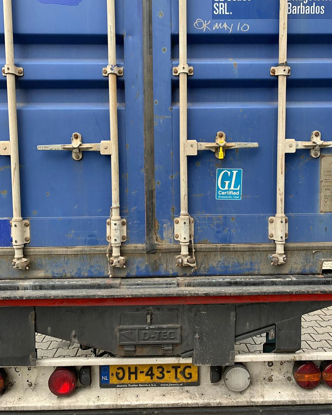 So, die #möbel für unser #ferienhäuschen sind auf dem Weg. Ich hoffe wir sehen uns , unbeschädigt , in gut vier Wochen wieder. Und ich hoffe, unser #container steht nicht da vorne , auf der Ecke vom #Schiff 🙈