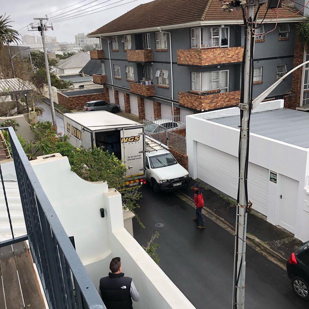 Heute hat sich was bewegt ,hier in Cape Town . Der Möbeltransporter ist angekommen… juhu . Die meisten Sachen , haben die 4 Wöchige Seefracht und den Transport vom Hafen, zu unserem Haus , überstanden . Beide Betten haben einen kleinen Schlag abbekommen aber Gott sei Dank, nichts, was mann sieht. Wir machen das beste draus . Das Umzugsteam war super 👍🏻. #remove #tocapetown #superteam  #ournewvacationhome #businesswoman #andmen #alltogether