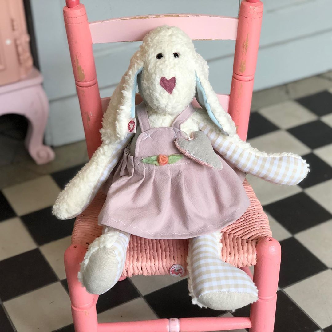 Die #schäfchen #spieluhr ist jetzt auf dem Weg nach #badenbaden …#gutereise 👋🏼 #herzenstreu #soulmate #lullaby #kidsdecor #cutestuff #softtoy #vintagemöbel #vintageliebe #vintagefurniture #schaf #babybump #babyroom #babyshower #kidsdecor #kidsroom #childrenroom #childrensinteriordesign #cuteanimals #handmade