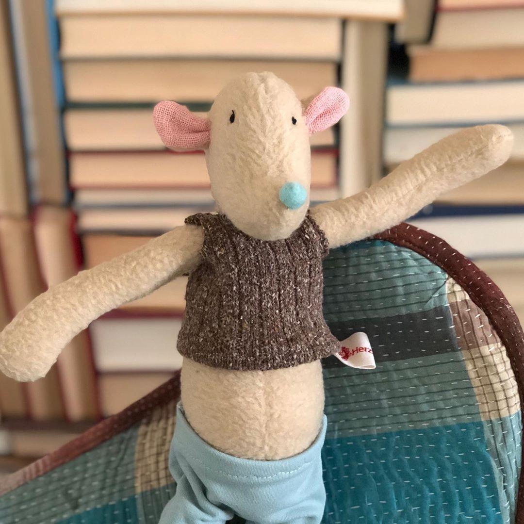 Mausberti ist ein feiner, #kleinerbegleiter , er hat schon seinen #herbst Pullunder an. #herzenstreu #mouse #softtoy #uniquestuff #childhood #fairtrade #recycledmaterials #craftsforkids #softtoy #kuscheltier #bestduddy #cutestuff #cuteanimals #düsseldorf
