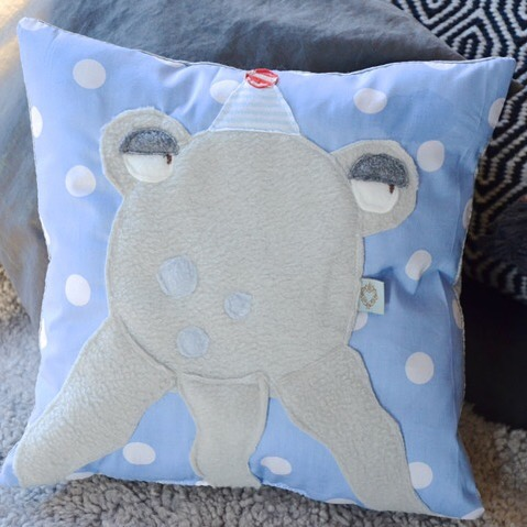 #oktopus #kissen #kuscheln #cushion #cutestuff #dekoideen #decorationinterieur #kinderzimmer #kidsroomdecor #babyroom #babyroomdecor #fritzchen #ichbingeradesomüde #mondaymood #herzenstreu #handmade #slowcraft