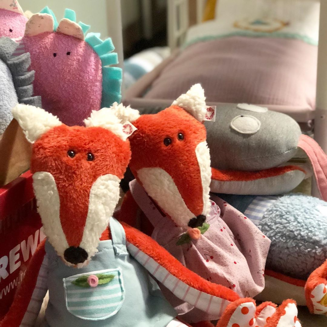 Ein bisschen wird heute gearbeitet… aber ganz gemütlich ! Wer arbeitet noch heute ? #herzenstreu #madewithlove #kidsdecor #kidsstuff #kidstoy #foxi #fuchs #kuscheltier  #mitliebegenäht #vintagekidsroom #barnrum #kidsroom #kinderkamer #nordicstyle #vintagemöbel #vintagefurniture #babyshower #babybump #babytoys #childhood #childbirth #kuscheln #animalsoninstagram #düsseldorf #shopsmall #fairtrade