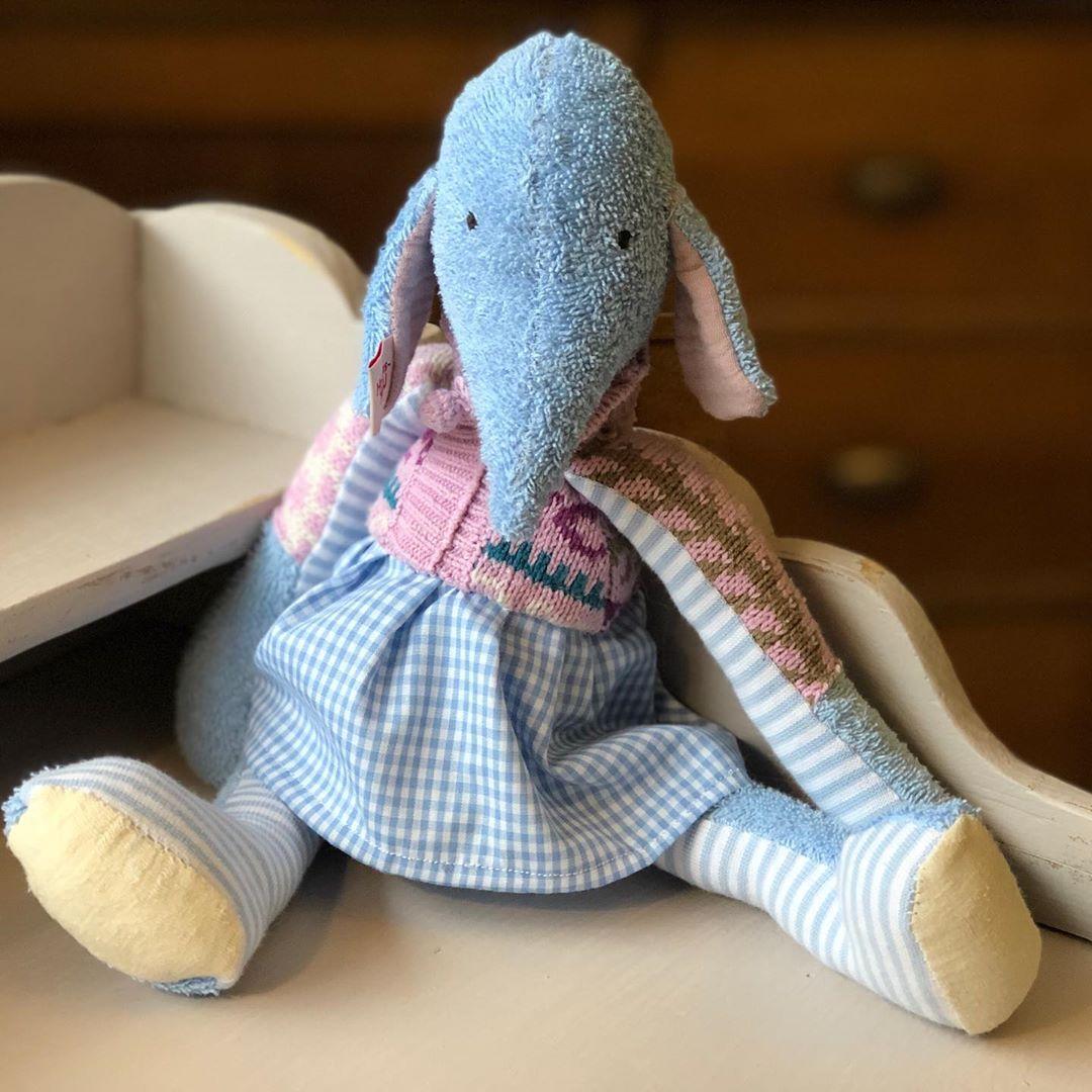 Das Elefäntchen macht sich bald auf die Reise, dass es auch pünktlich unter dem #tannenbaum sitzt. Aber da einige schon nachgefragt haben, wird es nächste Woche noch mehr geben… auch für Jungs ! #elefant #stofftier #nachhaltigkeit #kidstoy #softtoy #kuscheltier #handmade #kids #kidsroom #kidsplay #kidsplayroom #cuteanimals #cutestyle #blueelephant #uniquegifts