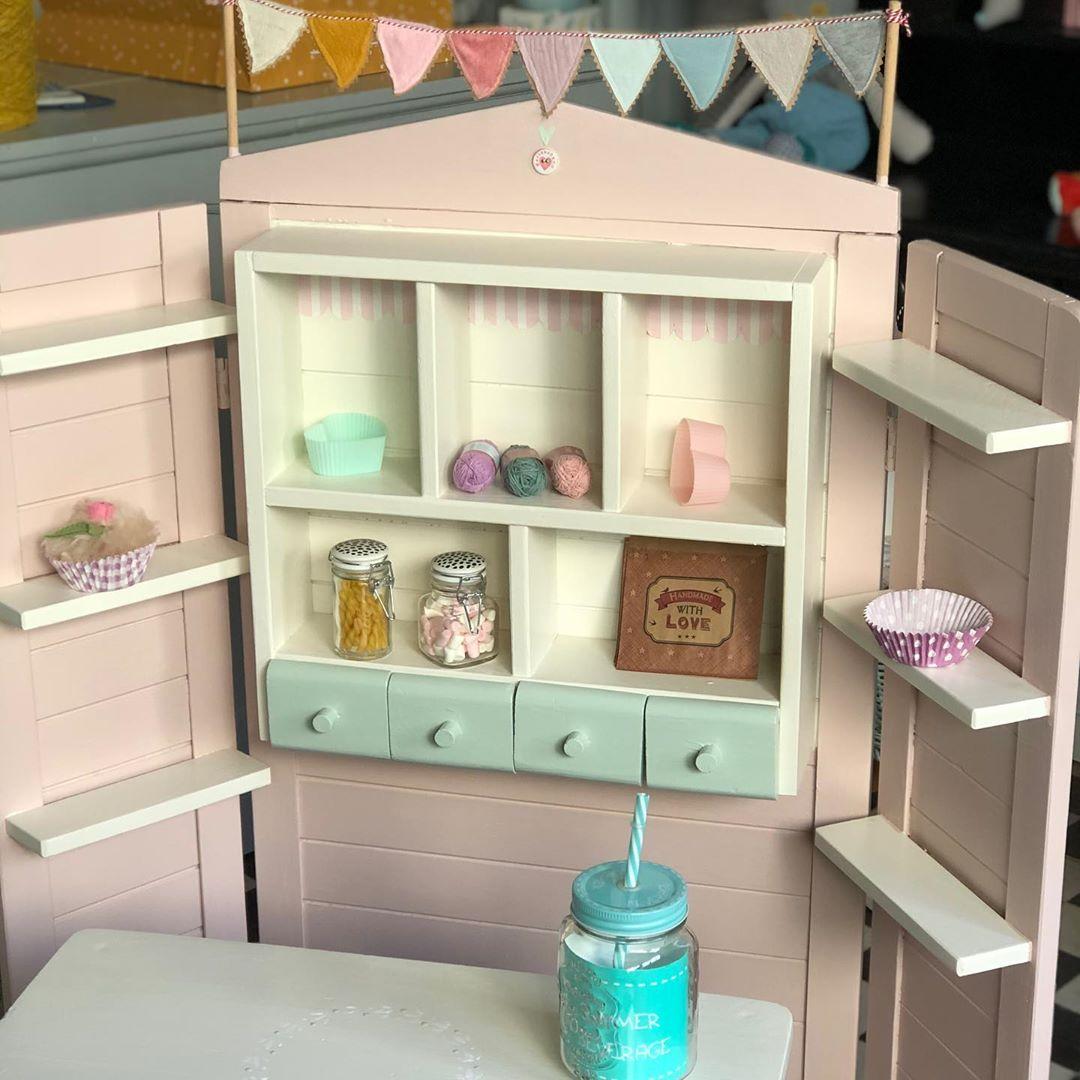Habe noch einen Kaufladen geschafft, den ich in den Laden stellen kann … ins #weihnachtsfenster #weihnachtsgeschenke #weihnachtsdekoration #kaufladen #vintagekidsroom #kidsroom #kinderzimmer #spielzimmer #kinderwinkel #kinderkamer #kinderkamerstyling #kinderkamerinspiratie #childhoodmemories #childsplay #vintagestyle #kidstoy #kidsplay #kidsplayroom #cute #kidsstuff #nachhaltigkeit #custommade #madewithlove #fairtrade