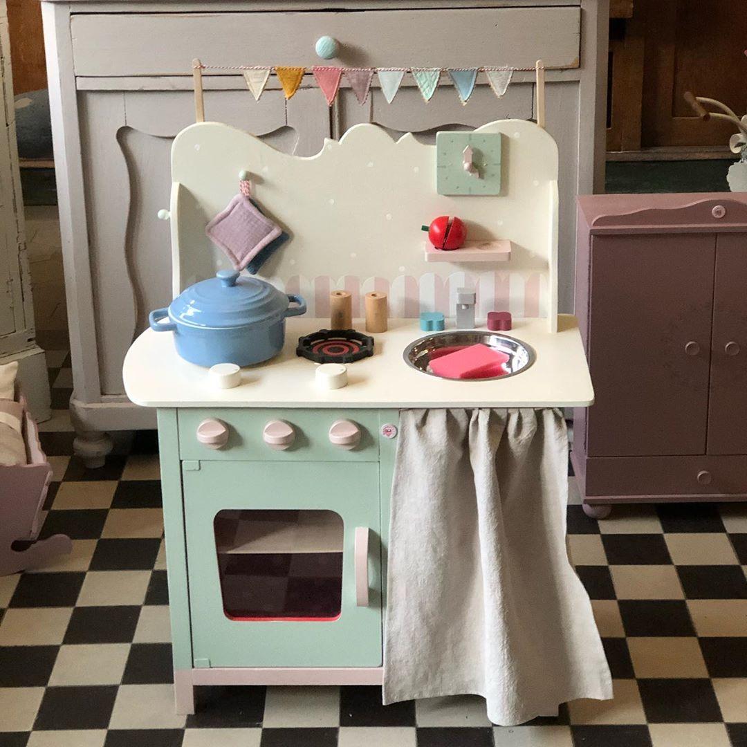 """Hier noch mal die super süße , """" kleine """" Kinderküche. Genau das richtige für alle, die nicht so viel Platz haben. #kinderzimmer #kinderküche #kinderspielzeug #kinderspielzimmer #kinderspielzimmerdeco #kidsroom #kidsroominspo #kidstoy #kidsinteriorchallenge #kidsroomdesign #vintagekidsroom #vintagestyle #childhood #childhoodmemories #herzenstreu #custommade #soulmate #cute #kidsstuff"""