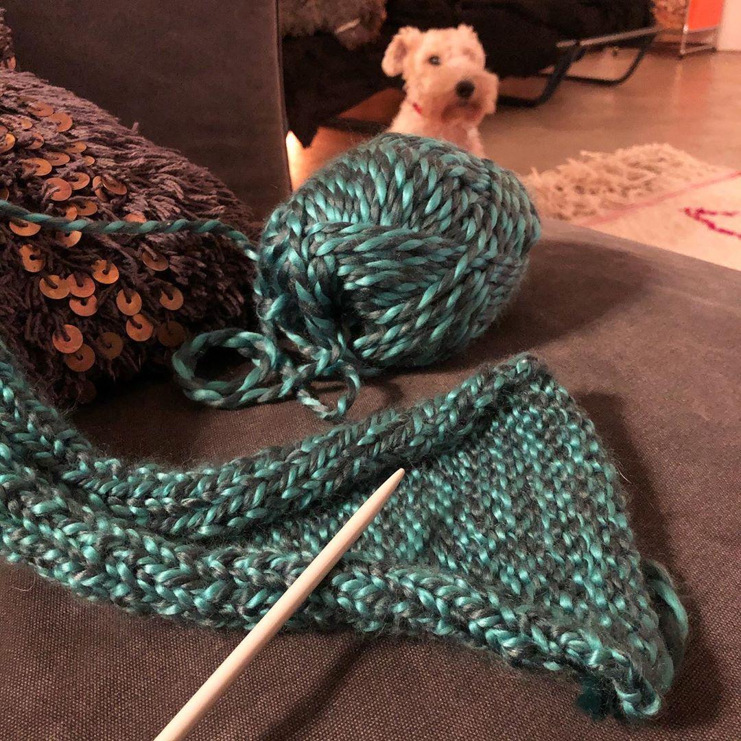 Ich hab mal ne Frage an alle Strickprofis 🧶 Ich stricke mir gerade einen Schal, was kann man denn dagegen machen, dass der sich so zusammen rollt ? Reicht das, wenn man den später abdämpft ? #strickenmachtglücklich #stricktipps #ichhabekeineahnung #schal #derwinterkannkommen #stricken #strickenfüranfänger