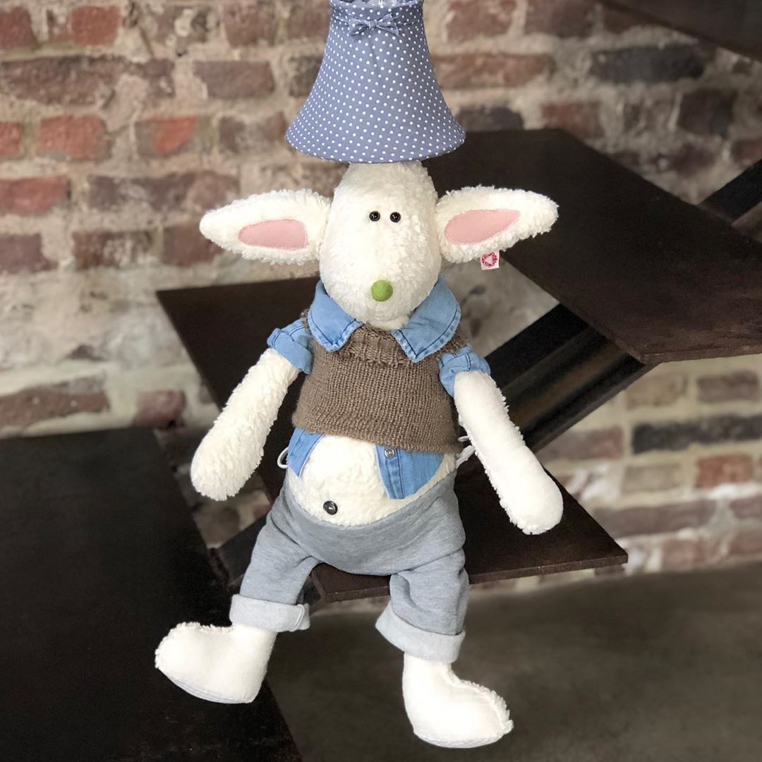 So sieht er fertig aus ! Ich hatte ihn ja letztens in der Story, da war es noch halbfertig 😉 #kidslamp #lamp #kidsroom #kidsroomdecor #kinderzimmer #kinderzimmerideen #kinderzimmerdeko #kinderzimmerlampe #rabbit #rabbitlamp #designlamp #childrenroom #babyshower #babybump #babyroom #babyroomideas #nurserydecor #nurserydesign #cute #kidsstuff #herzenstreu #uniquestyle #handmadetoys