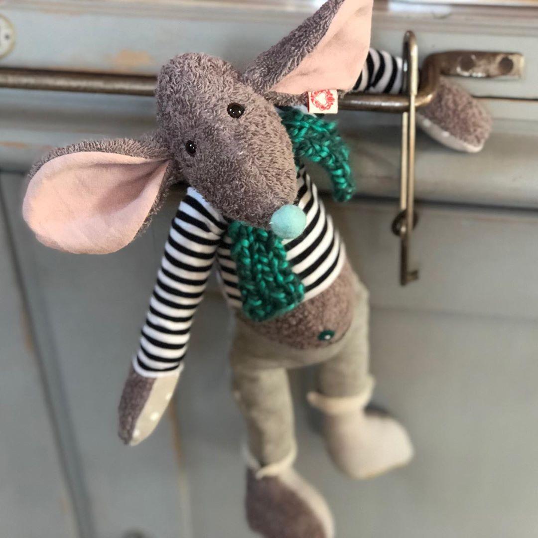 Mausberti hängt durch …. und bei mir ist auch gerade ein bisschen die Luft raus. Ich habe das Gefühl, ich bekomme nix geschafft . #herzenstreu #dieluftistraus #mausbert #mouse #softtoy #handmade #soulmate #nachhaltigkeit #kuscheltier #uniquetoys #custommade #cute #cutestuff #kidsstuff #babyshower #babystyle #düsseldorf #shopsmall #mausstofftier #spielzeug #spielzimmer