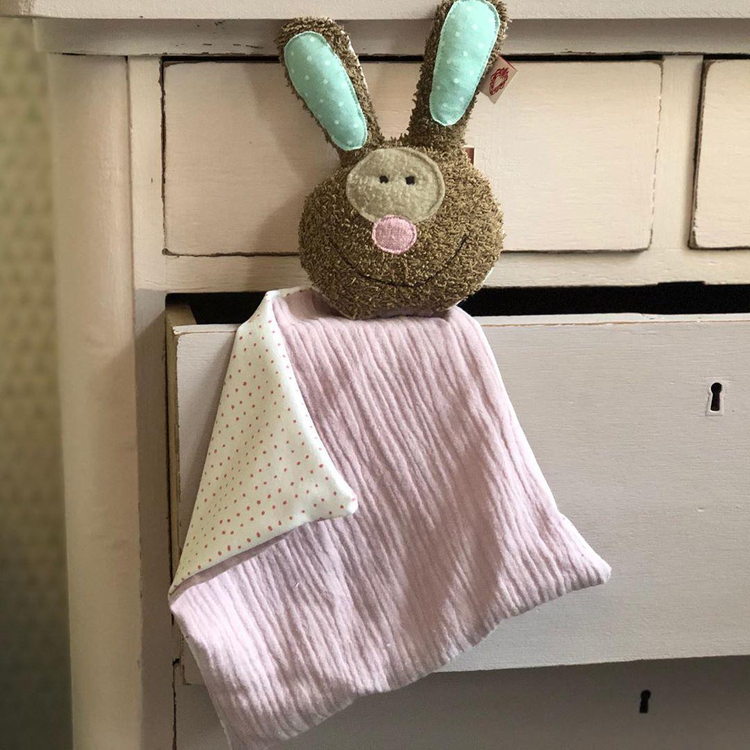 #schnuffeltuch #firsttoy #babytoy #newborn #rabbit #nachhaltigkeit #kidstoys #softtoy #babyshower #babylove #babygirl #kidsstuff #cute #handmade #smalllabel #mousseline