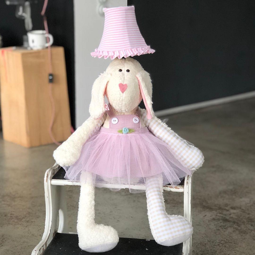 Ganz neu, unsere #ballerina #lampe , ist das nicht ein #mädchentraum ? #herzenstreu #soulmate #kidstoy #kidslamp #kidsroom #kidsroomdesign #kidsroomdecor #girlsroomdecor #babybumb #babyshower #babyroom #babyroomideas #babyroomideas #babyroominspo #nurserydecor #nurseryroom #nurserydecor #babyzimmer #babyzimmerinspiration #babyzimmerdeko #schaf #pink