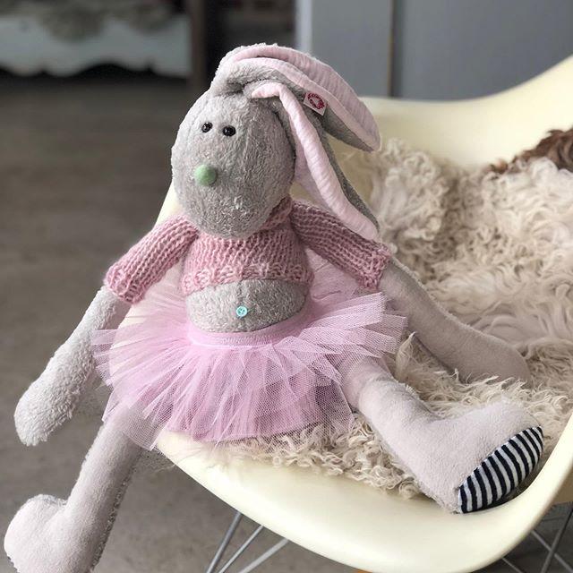 Es gibt noch mal ein #ballerina #hase , der ist ganz #kuschelweich . #herzenstreu #soulmate #rabbit #handsewn #kidstoys #kidsstuff #softtoys #cuteanimals #kidsroom #kidsroomdecor #kidsroomdesign #childhood #kuscheltier #uniquetoys #smallbusiness #spielzimmer #spielzeug #spielen  #childbirth