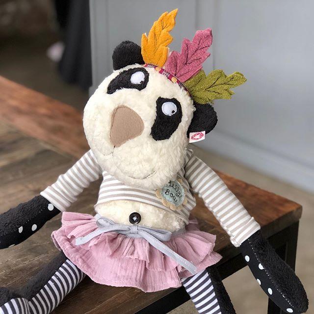Ich hoffe BellyBou freut sich über ihre neue Wegbegleiterin . #häuptling #panda #kuscheltier #herzenstreu #custommade #cutestuff #kidsstuff #cuteanimals #toy #kidstoys #softtoy #feathers #organiccotton #kidsplay #kidsplayroom #kidsroomdecor #uniquedesign #uniquetoys #handmadetoys #soulmate