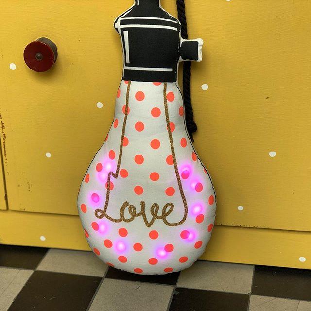 #nightlight #cushion @laloviekids #loveit #slowcrafted #nachtlicht #kissen #kinderkissen #kidsroominspo #kidsroomdesign #kidsroomdecor #babyroomideas #babyroomdecoration #bulb #uniquedesign #uniquekidsgifts #vintagekidsroom #cute #herzenstreu #soulmate #shopsmall #kidsstuff #love
