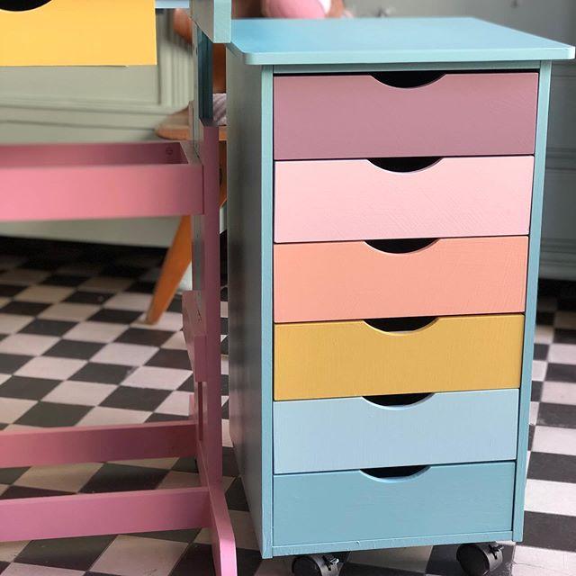 Es gibt oft Sachen , die sehen in neu nicht so schön aus, sind aber total praktisch, wie dieser Rollcontainer. Da hilft ein bisschen Farbe ungemein und nie hatte der #regenbogen so viel Aussagekraft wie im Moment . #herzenstreu #spaßamlernen #kinderschreibtisch #kidsroom #einschulung #colourful #colourclash #rainbow #kidsfurniture #kidsfurnituredesign  #upcycling #kidsroominspo #kidsroomdecor #kidsroomdesign #kidsroominspiration  #childrensroom #kidsstudyroom #kidsstuff #kidsstyle #düsseldorf