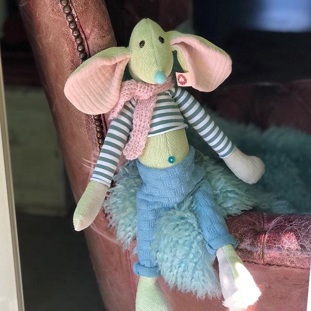 Nicht ganz das richtige #wetter für einen #schal aber er liebt ihn doch so ! #mausbert #herzenstreu #soulmate #kidstoys #handsewn #kidsstuff #mouse #bestbuddies #cute #handmadetoys #cuteanimals #kidsroomdecor #designtoys #uniquetoys #smallable #düsseldorf #giftideas #giftforkids #childbirth