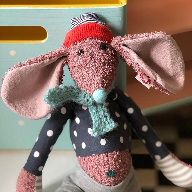 Noch so'n Freak , bei 30 Grad mit Schal 🙄 #herzenstreu #softtoy #cutestuff #mouse #kuschelmaus #kidsroomdecor #kidsplay #kidsinteriorlove #uniquetoys #handmadewithlove #slowcraft #uniquestuff #cutethings #vintagestyle #vintagekidsroomdecor #vintagefurniture #newborn #babyshower #nurserystyle #nurserydecor #düsseldorf #unterbilk #nachhaltig #upcycling