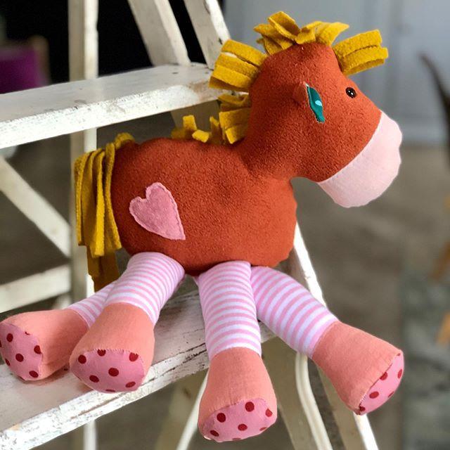 Pocket Pony kann Dich überall hin begleiten …. weil es nicht so groß ist . #socute #pony #ponyliebe #pferdemädchen #pferdeliebe #kidsstuff #kidsstufftolove #herzenstreu #softtoy #handmadewithlove #vintagekidsroomdecor #kidsroom #kidsroomdecor #girlsstuff #smallable #düsseldorf #kuscheltier #horse #kidsroomdecoration #kinderkamerstyling #knuffel